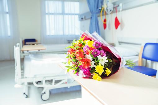 Visit「Bouquet of flowers in hospital room」:スマホ壁紙(1)