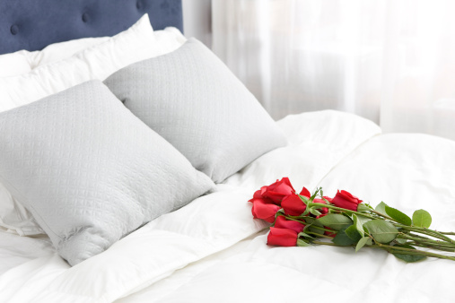Duvet「Bouquet of Red Single Roses on White Bedspread, Copy Space」:スマホ壁紙(5)