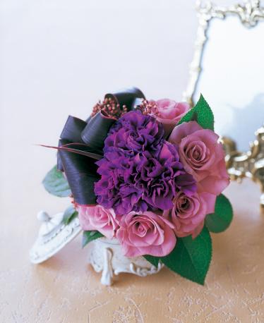 カーネーション「Bouquet of rose, carnation, skimmia, dracaena and lemon leaf in white jewelry box with mirror」:スマホ壁紙(15)