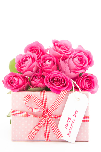 母の日「Bouquet of beautiful pink roses next to a pink gift with a happy mothers day card on white backgroun」:スマホ壁紙(1)