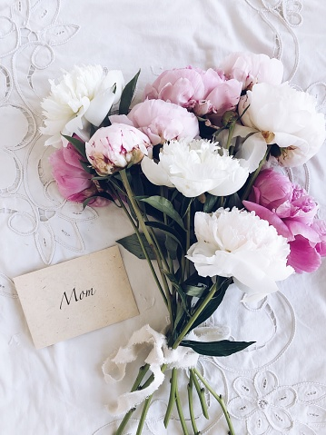 Mother's Day「Bouquet of peonies next to an envelope with the word mom」:スマホ壁紙(19)
