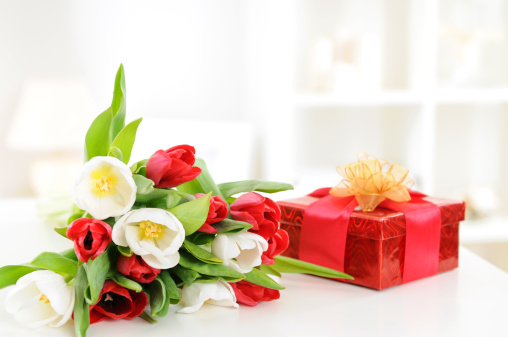 Birthday「A bouquet of red and white tulips and a red gift box」:スマホ壁紙(19)