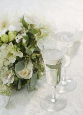 結婚「Bouquet of flowers by champagne, studio shot」:スマホ壁紙(16)