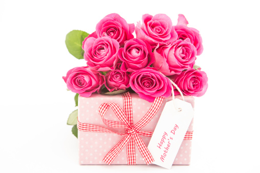 母の日「Bouquet of pink roses next to a pink gift with a happy mothers day card on white background」:スマホ壁紙(2)
