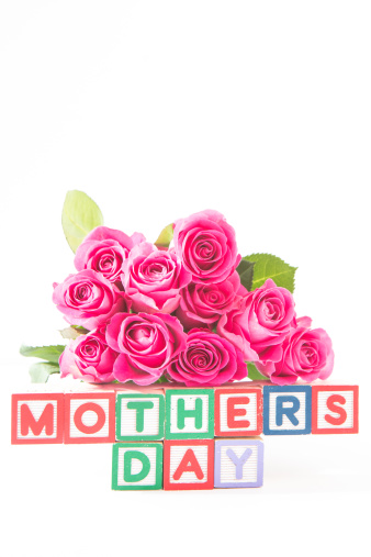 母の日「Bouquet of pink roses next to wooden blocks of different colours spelling mothers day」:スマホ壁紙(6)
