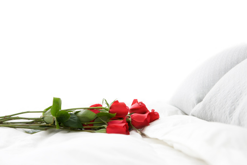 Duvet「Bouquet of Red Romantic Roses on White Bed, Copy Space」:スマホ壁紙(2)