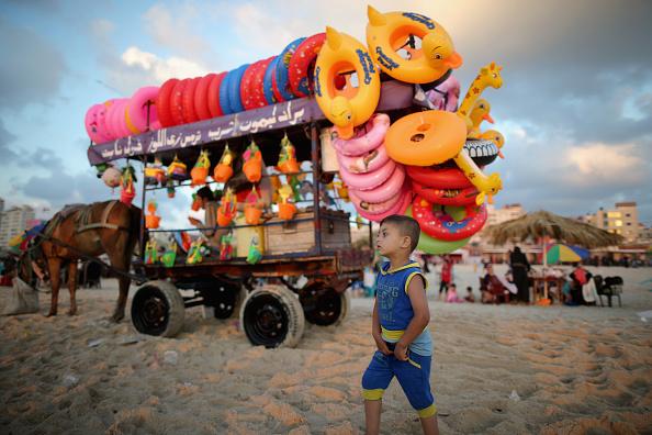 トピックス「Palestinian Families Head To The Beach In Gaza」:写真・画像(9)[壁紙.com]
