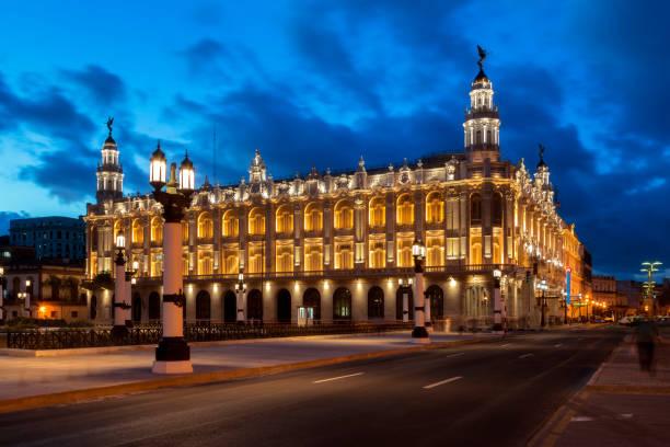Great Theatre of Havana Illuminated at Dusk, Havana, Cuba:スマホ壁紙(壁紙.com)