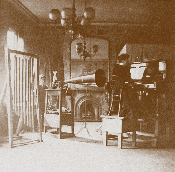 Recording Studio「A lady pianist at the first Emil Berliner studio in London, Cockburn Hotel, 1898」:写真・画像(9)[壁紙.com]