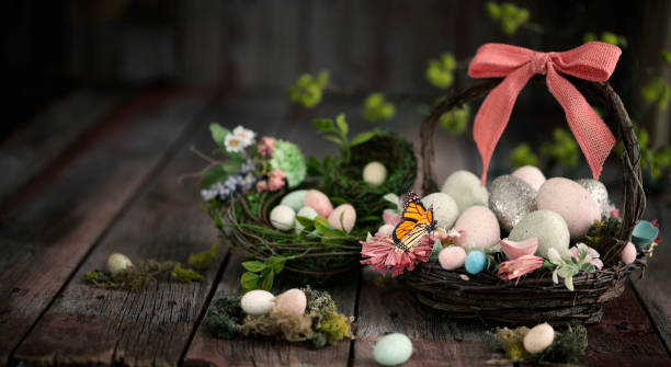 Easter Basket with Easter Eggs on an Old Rustic Wood Background:スマホ壁紙(壁紙.com)