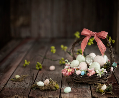 Easter Basket「Easter Basket with Easter Eggs on an Old Rustic Wood Background」:スマホ壁紙(1)