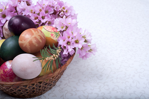 カラフル「Easter basket with flowers and eggs」:スマホ壁紙(9)