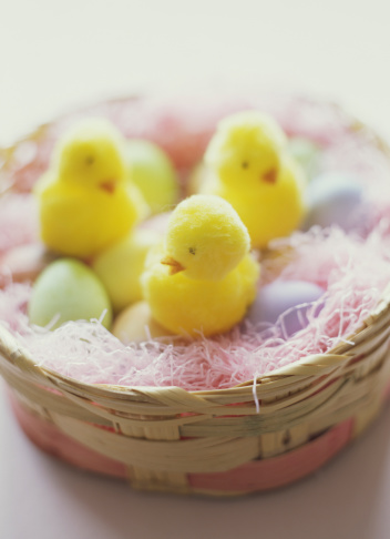 Easter Basket「Easter basket with colored eggs and toy chicks」:スマホ壁紙(3)
