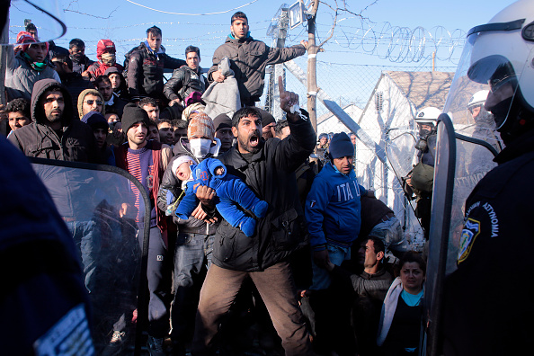 Greece「Migrants Clash With Police At Greek-Macedonian Border」:写真・画像(15)[壁紙.com]