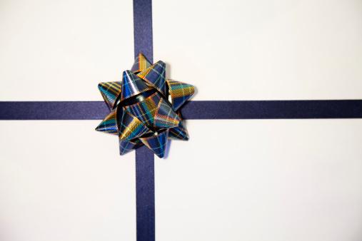 プレゼント「白のギフト、ブルーのリボン」:スマホ壁紙(8)