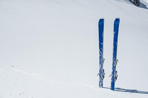 グルノーブル「Skis planted in the fresh snow」:スマホ壁紙(16)