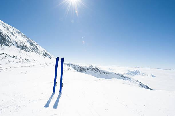Skis planted in the snow:スマホ壁紙(壁紙.com)