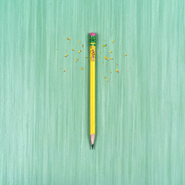chewed up pencil on table surface:スマホ壁紙(壁紙.com)