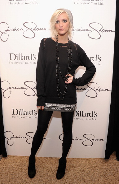 Black Boot「Jessica And Ashlee Simpson Visit Dillard's International Plaza In Support Of the Jessica Simpson Collection」:写真・画像(17)[壁紙.com]