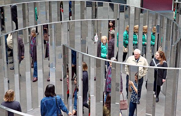 影「Gallery Visitors Get Lost In Towering Mirrored Maze At NGV」:写真・画像(7)[壁紙.com]