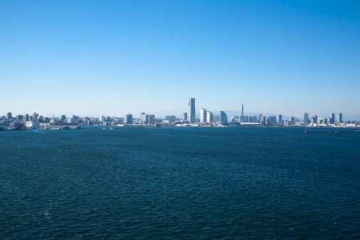 海「Minato Mirai skyline in the distance. Yokohama, Kanagawa Prefecture, Japan」:スマホ壁紙(10)