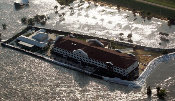 Levee「Rising Rivers And Tributaries Continue To Flood Southern Communities」:写真・画像(4)[壁紙.com]