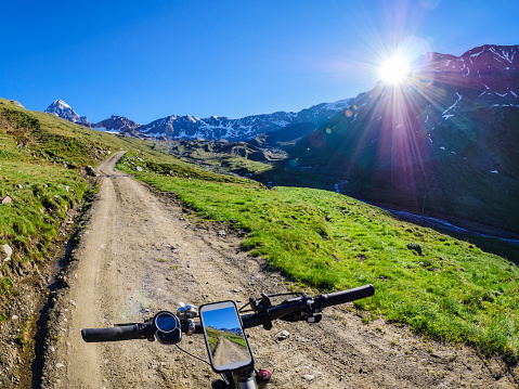 Personal Perspective「Italy, Lombardy, Cevedale Vioz mountain crest, cell phone on mountain e-bike」:スマホ壁紙(15)