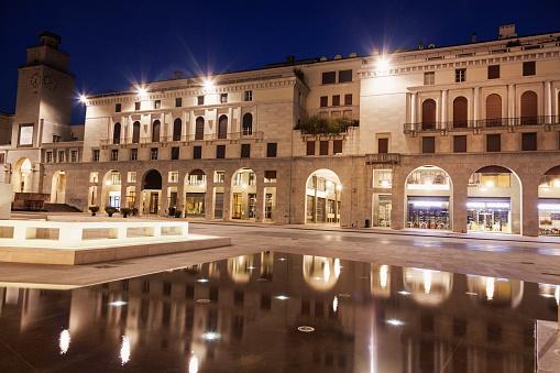 Town Square「Italy, Lombardy, Brescia, Piazza della Victoria at night」:スマホ壁紙(1)