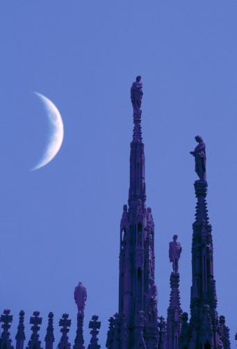 月「Italy, Lombardy, Milan, crescent moon over Milan Cathedral roof」:スマホ壁紙(11)