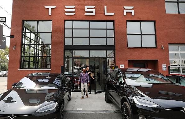 Car「Tesla Shares Slide After Auto Maker Announces That It Will Remain Public」:写真・画像(13)[壁紙.com]