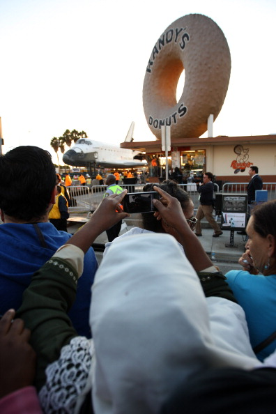 Space Shuttle Endeavor「Space Shuttle Endeavour Makes 2-Day Trip Through LA Streets To Its Final Destination」:写真・画像(15)[壁紙.com]