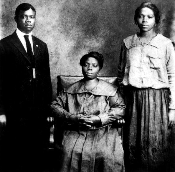 楽器「Louis Armstrong (1900-1971) american jazzman trumpet player and singer with mother and sister Beatrice in New Orleans in 1921」:写真・画像(19)[壁紙.com]