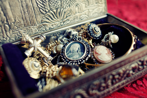 Earring「Antique Jewelry Box」:スマホ壁紙(1)