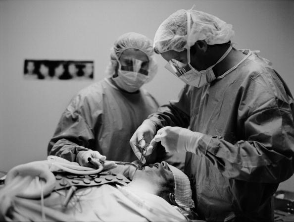 Tom Stoddart Archive「Plastic Surgeon At Work」:写真・画像(16)[壁紙.com]