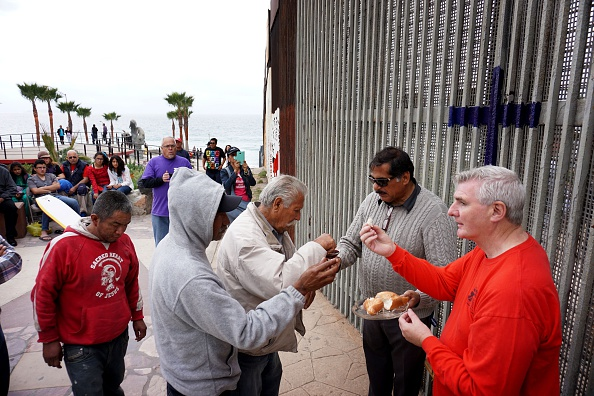 Baja California Peninsula「Church Service Held at US/Mexico Border Fence」:写真・画像(12)[壁紙.com]