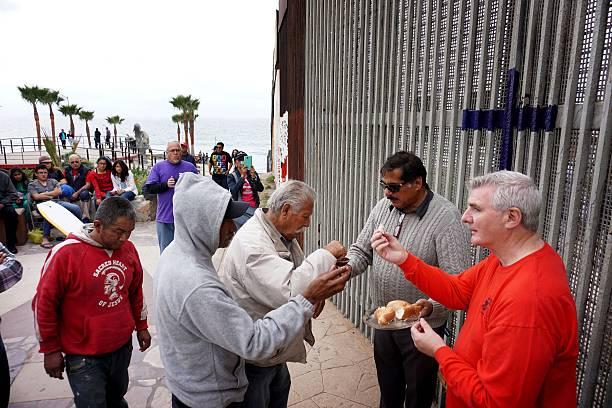 Church Service Held at US/Mexico Border Fence:ニュース(壁紙.com)