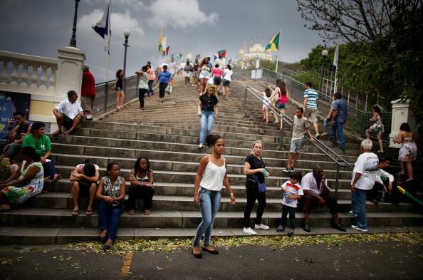 Worshipper「Worshipers Climb Historic Church Steps In Rio To Mark 378th Anniversary」:写真・画像(13)[壁紙.com]