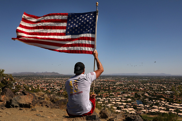 Arizona「Air Force Flyover Salutes First Responders And Essential Workers In Phoenix Area」:写真・画像(9)[壁紙.com]