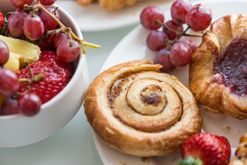 Sweet Bun「Continental Breakfast Buffet, Fresh Fruit, Cinnamon Bun and Danish Pastries」:スマホ壁紙(11)