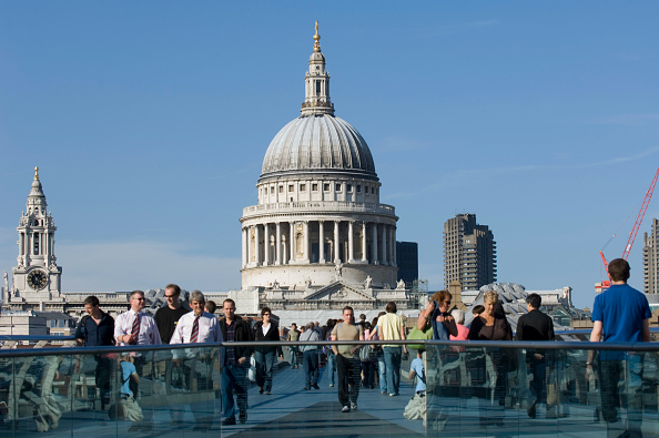 Architectural Dome「People crossing the Millennium footbridge with St Pauls Cathedral in background, London, United Kingdom Bridge designed by Norman Foster and Partners」:写真・画像(7)[壁紙.com]