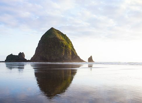 Haystack Rock「Horizontal image of haystack rock on cannon beach oregon at sunset」:スマホ壁紙(8)