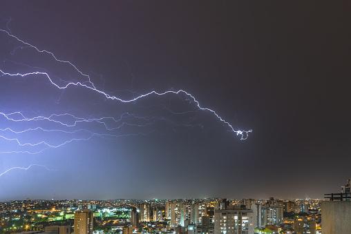 雷「Horizontal Lightnings in a stormy night in the city」:スマホ壁紙(15)