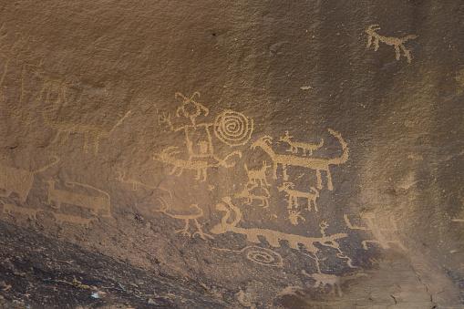 神秘「Ancient petroglyphs on a canyon wall」:スマホ壁紙(1)