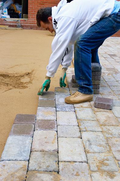 Paving Stone「Laying Precast paving stone for a driveway England, UK」:写真・画像(7)[壁紙.com]