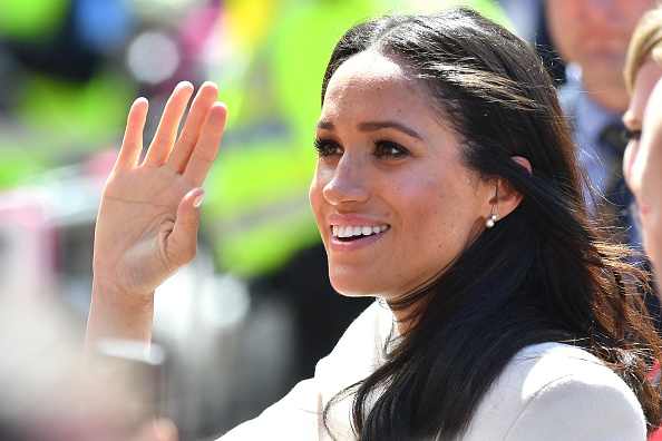 Waving - Gesture「The Duchess Of Sussex Undertakes Her First Official Engagement With  Queen Elizabeth II」:写真・画像(15)[壁紙.com]