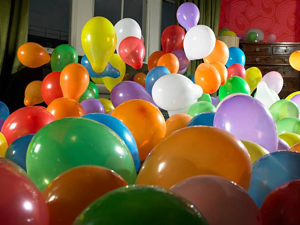 Coloured balloons in living room:スマホ壁紙(壁紙.com)
