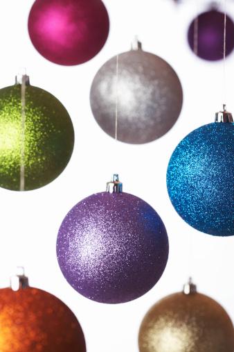 クリスマスボール「Coloured baubles hanging, close up」:スマホ壁紙(7)