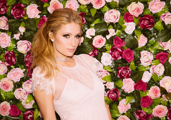 カメラ目線「Paris Hilton Launches Rosé Rush Fragrance in Australia: An Alternative View」:写真・画像(19)[壁紙.com]