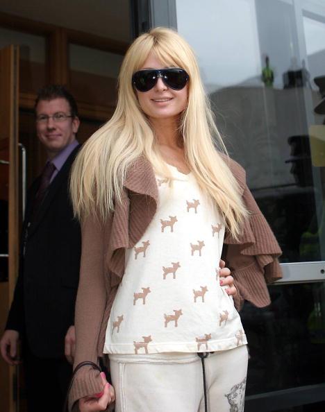 Brown Jacket「Paris Hilton Arrives in Dublin」:写真・画像(12)[壁紙.com]