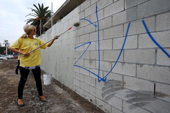Brick Wall「Paris Hilton Performs Community Service」:写真・画像(17)[壁紙.com]